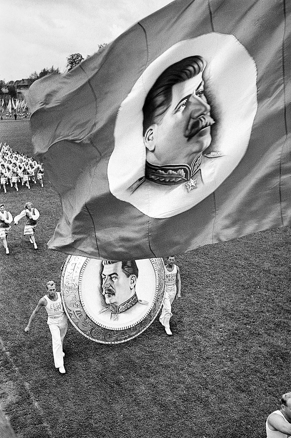 Физкультурный парад 1946 года. Почетное место занимают портреты вождя. Фото: Анатолий Шайхет