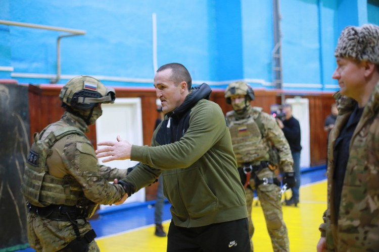 За несколько дней до поединка Денис встретился с бойцами СОБРа.