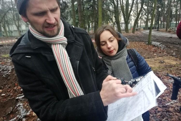 Павел Королев показывает копию старого плана города