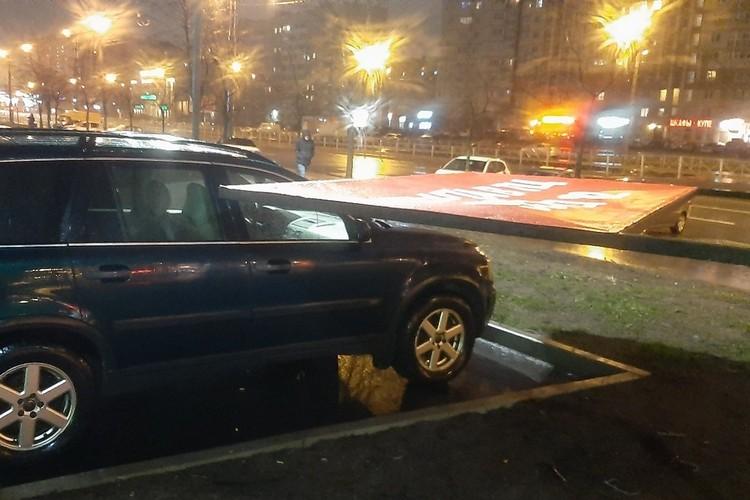 По всему городу из-за шторма страдают автолюбители. Фото: СОЦСЕТИ
