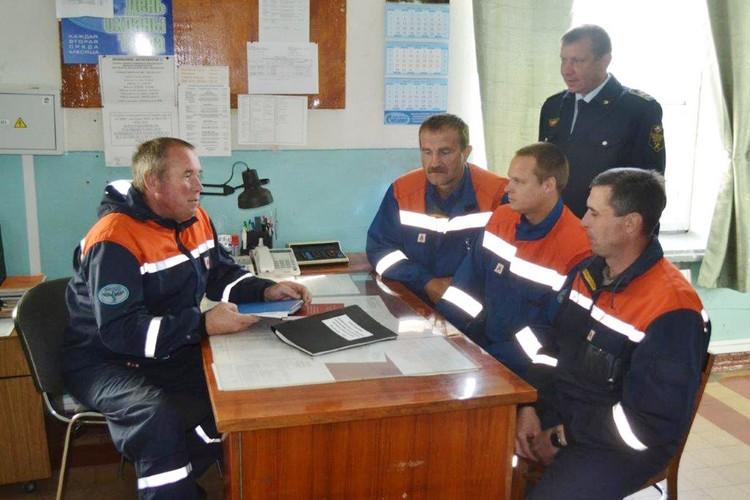 Борис Нифонтов на рабочем месте с коллегами.