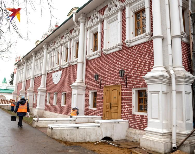 Лопухинские палаты сейчас являются резиденцией митрополита Крутицкого и Коломенского - Ювеналия