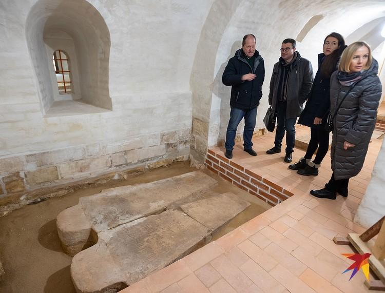 В подклете Смоленского собора находится несколько десятков захоронений.