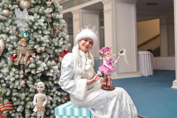 Поздравлять детей первой всегда заходит Снегурочка, потому что Дед Мороз может испугать.