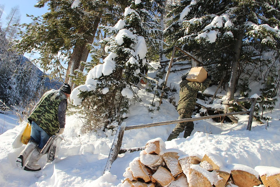 """Обновки - на зиму и продукты доставили инспекторы. Фото: заповедник """"Хакасский""""."""