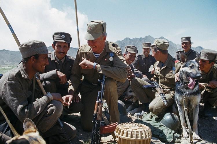 Саперы советской армии проводят разминирование минных полей под Кабулом. Фото: Виктор Хабаров/ZERKALO