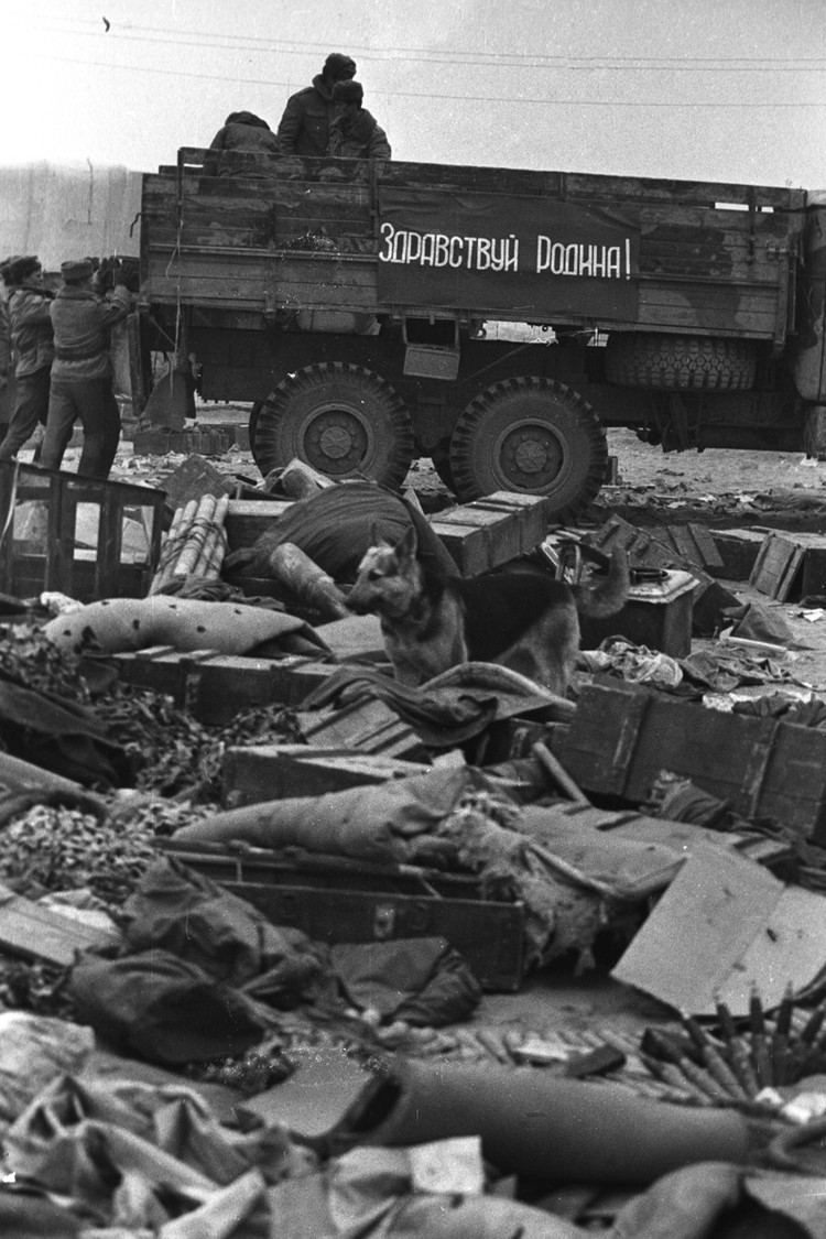 айратон. Последний лагерь советских войск за день до окончания вывода из Афганистана. Брошеные вещи. Фото: Виктор Хабаров/ZERKALO