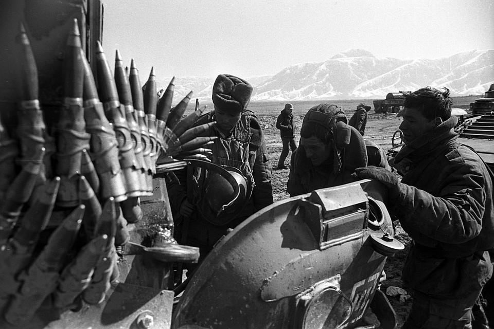 Солдаты из батальона майора Ушакова готовятся к обеду в поле в окрестностях Полихумри. Фото: Виктор Хабаров/ZERKALO