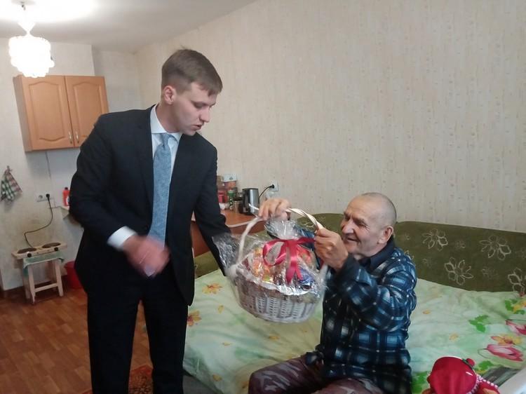 Дедушка принимает подарки, к нему приходят целые делегации
