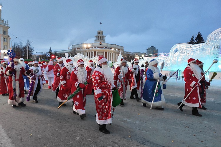 Колонна Дедов Морозов зашла на главную площадь города
