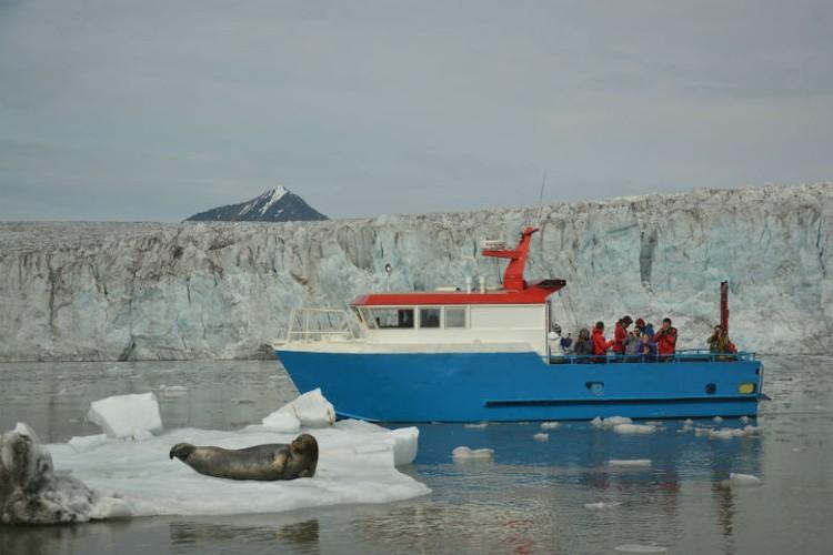 Летом, когда снега на островах почти нет, люди путешествуют на суднах или пешком. Фото: личный архив.