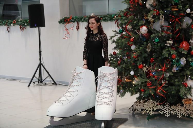 На жеребьевке Евгения Медведева фотографировалась на фоне коньков, не подозревая, что придется менять свои