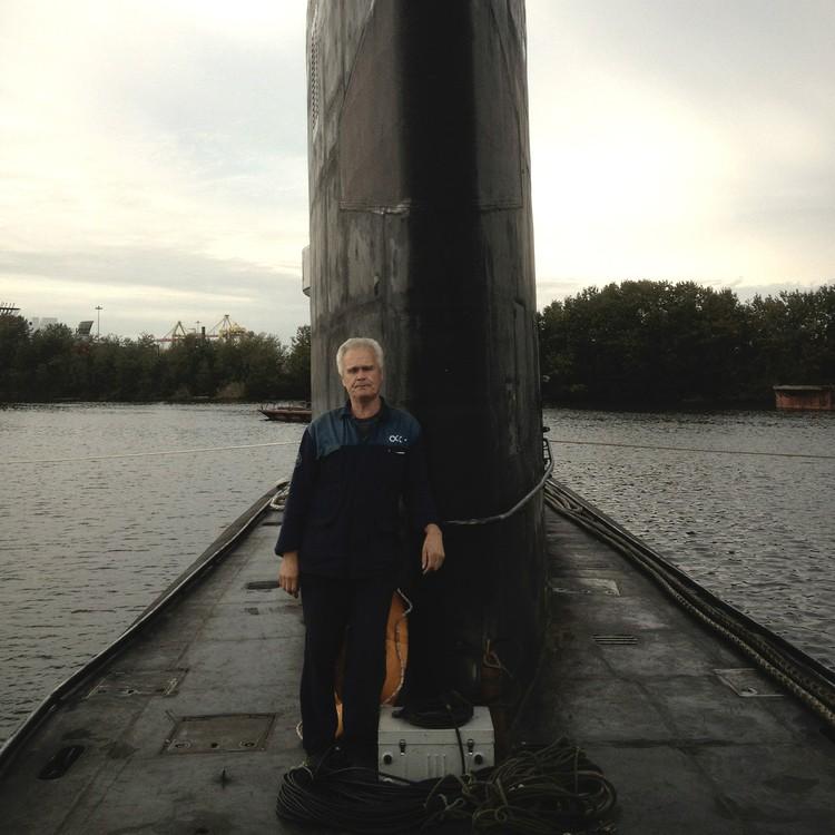 С водой у Щепина связана буквально вся жизнь: по профессии он испытатель подводных лодок.