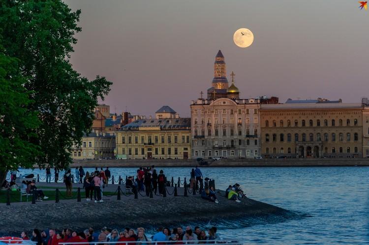 В ночь с 18 на 19 мая Петербург не спал – горожане и туристы ходили по музеям и выставкам, ну или просто наслаждались «белыми ночами».