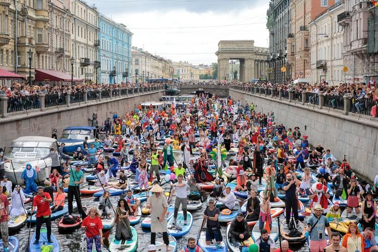 На канале Грибоедова собрались любители SUP-серфинга.