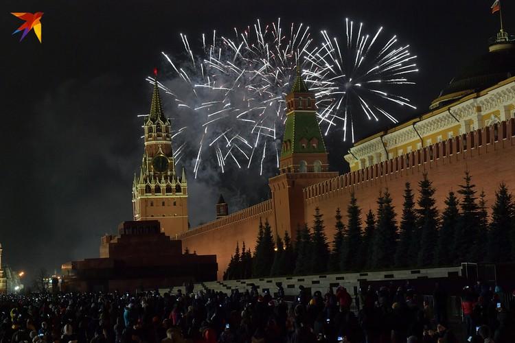 Москва встретила 2020-й салютом над Кремлем