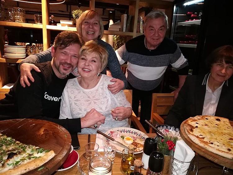 В новогодние праздники телеведущая объясняет друзьям свои отношения с Михаилом Куницыным
