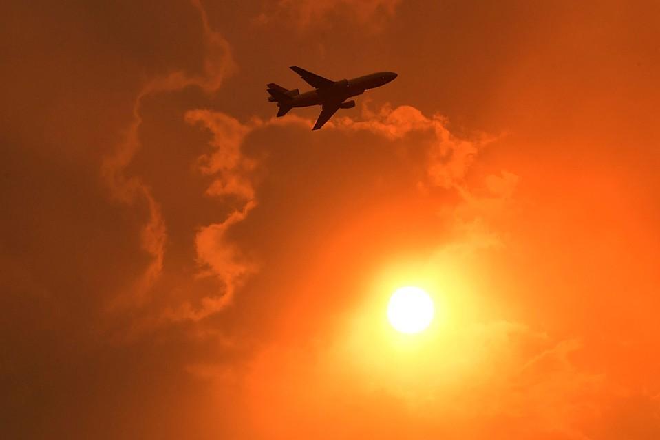 Небо над горящей Австралией и Новой Зеландией стало зловещего цвета. Фото: REUTERS