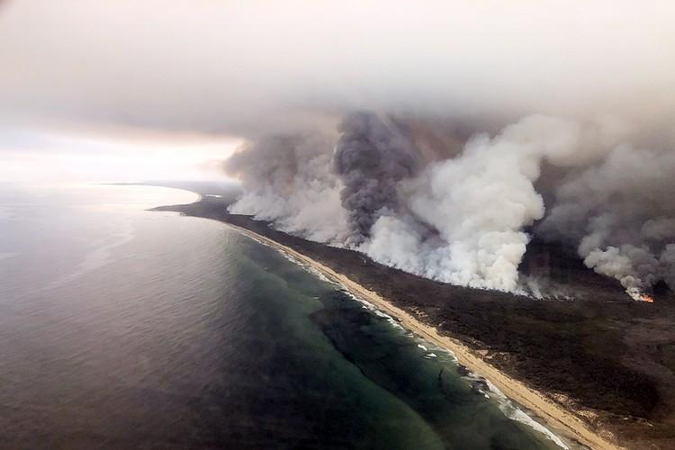 Огонь охватил почти все юго-восточное побережье