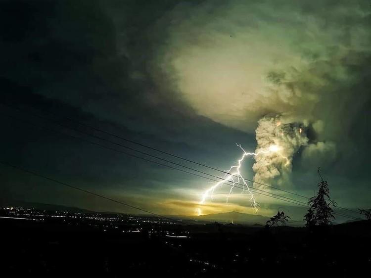 Извержение сопровождается вулканическими толчками и ощутимыми землетрясениями