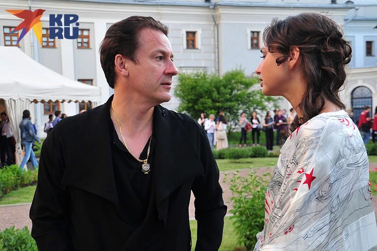 В этом году Олег Меньшиков и его 36-летняя супруга Анастасия Чернова отметят хрустальную свадьбу — 15 лет в браке