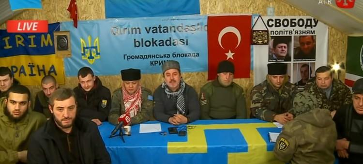 Ленур Ислямов (в центре) призывает проливать кровь, но сам идти в бой не собирается. Скриншот видеообращения