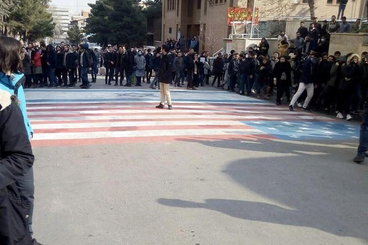 """Студенты не спешат топтать флаги """"вражеских"""" США и Израиля."""