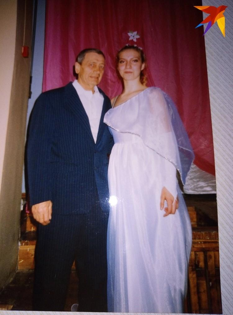 На этом фото Екатерина со своим дедушкой. Снимок сделан в день ее свадьбы на первом муже. Фото: предоставлено Аллой Бобняк