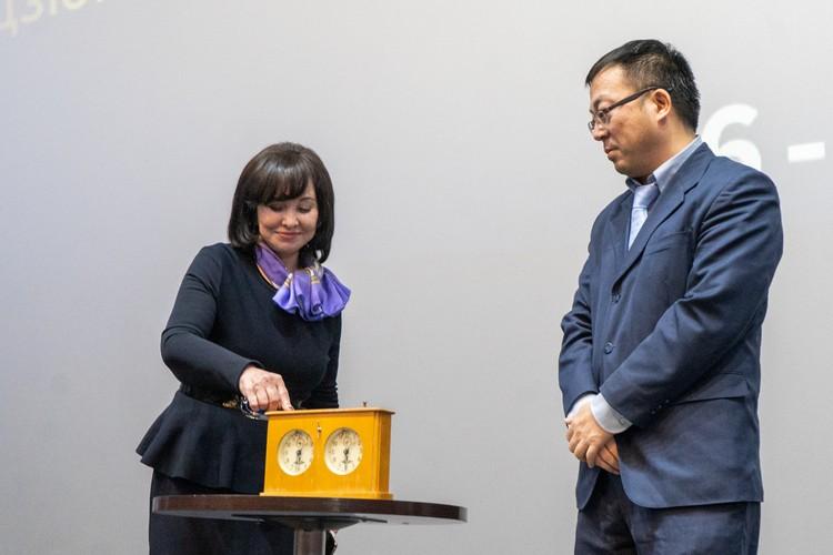 Глава правительства Приморья Вера Щербина и заместитель генконсула КНР во Владивостоке Ван Суэчунь дают старт соревнованиям на раритетных часах
