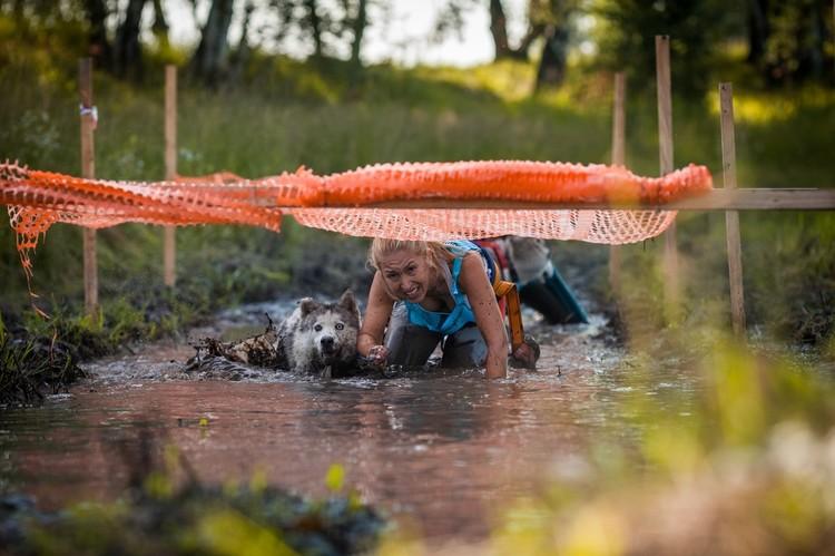 Собаки с хозяйкой и в огонь, и в воду, и в грязь. Фото: личный архив.