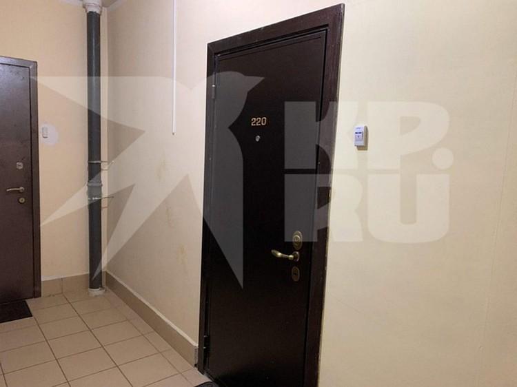 Входная дверь в квартиру, где располагался приют.