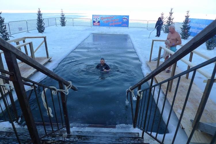 Дипломаты выложили фото с ледяного купания в соцсети.