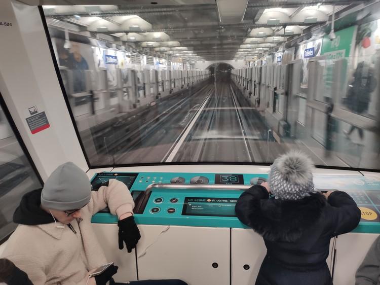 В автоматическом метро вместо машиниста движением «рулят» дети