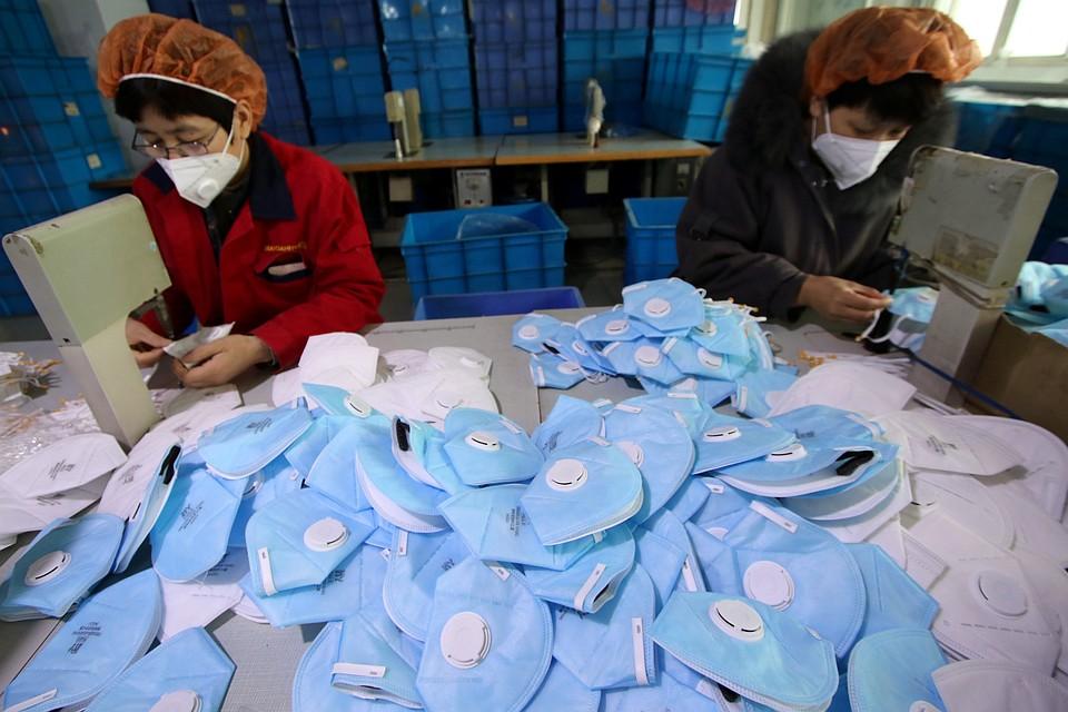 Жители Китая массово скупают маски Фото: REUTERS