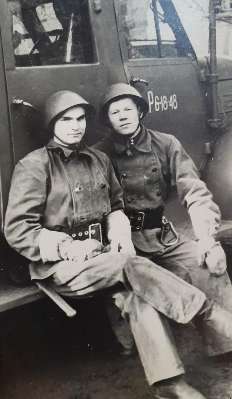 На практике с товарищем. Владимир на фото слева.