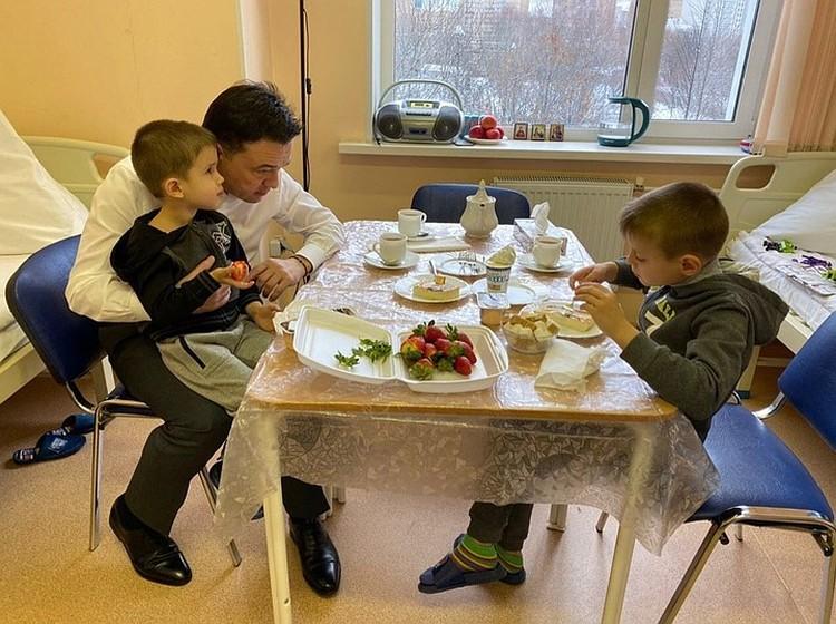 Губернатор Московской области Андрей Воробьев навестил оставленных отцом мальчиков. Фото: пресс-служба
