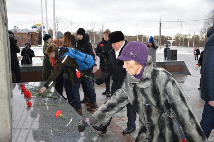 И возлагали цветы к Обелиску Победы Фото: администрация Твери