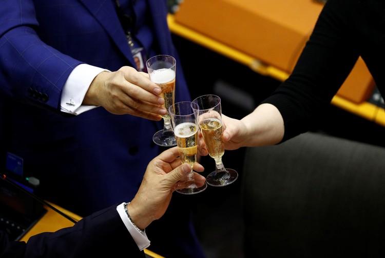 Британские депутаты встретили шампанским итоги голосования по брекситу в Европарламенте.