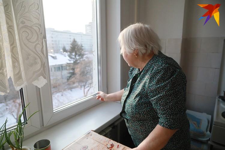Бабушка показывает, где были кошки