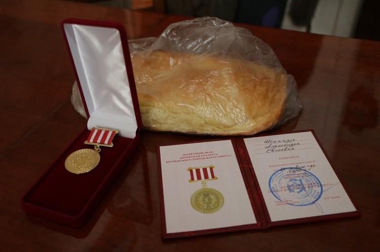 Чиновницы подарили ветеранам медали, цветы и хлеб. Фото: Мая Хужина / Facebook