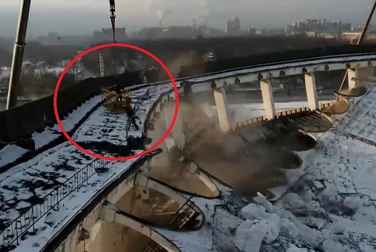 Рабочий во время ЧП погиб. Он не успел запрыгнуть в строительную люльку до того, как здание обвалилось. Фото: скрин видео Фонтанка.ру