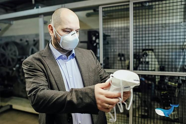 Павел Спичаков проверяет продукцию завода