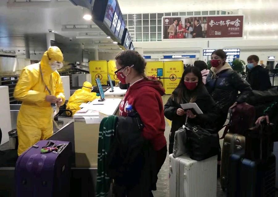 Проверка пассажиров и багажа перед отправкой спецрейса ВКС. Фото Посольство России в Китае/Фейсбук