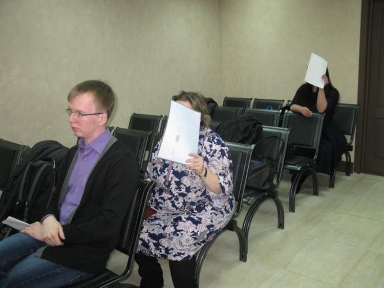 Во время следствия в суде первой инстанции Чучалина тоже пряталась от объективов фотокамер. Фото БНК