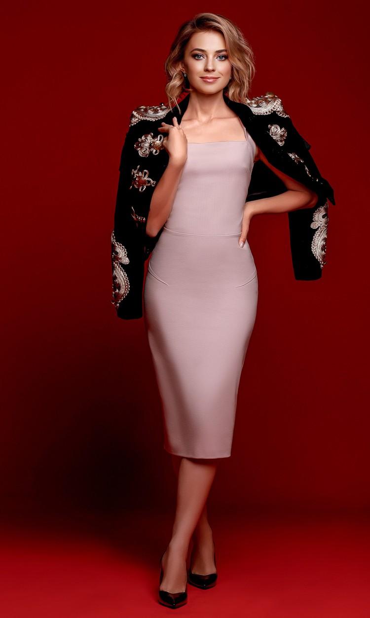 Поклонская позировала в элегантном нежно-розовом платье по фигуре. На плечи она набросила жакет в стилистике гусарского доломана с декором в оттенках розового. Фото: Екатерина Вологжанина