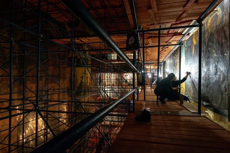 Успенский собор не закрыт для посетителей, несмотря на то, что работы по реставрации фресок в разгаре. Фото пресс-службы Музеев московского кремля
