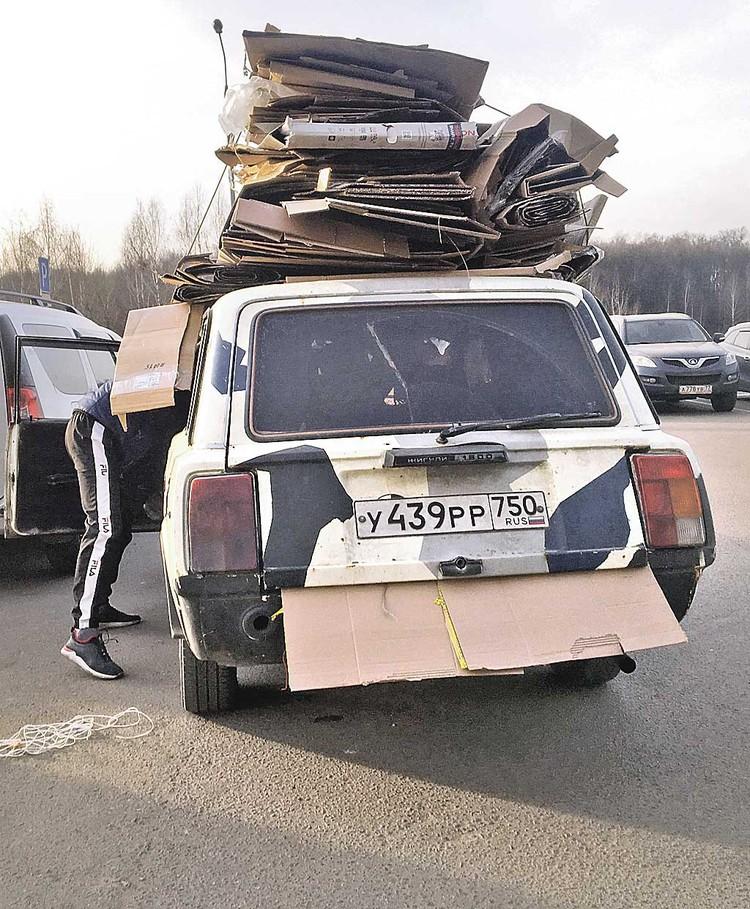 Дворники наладили свой бизнес: стаскивают картон, а раз в неделю подъезжает машина, ее под завязку загружают. Говорят, за неделю собирают 200 - 300 кило картона и бумаги. Платят им где-то 3 тысячи рублей за тонну.