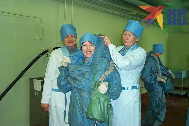 Архивное фото: ученые «Вектора» готовятся к работе с опасными вирусами. Фото: личный архив ученого Александра Чепурнова.