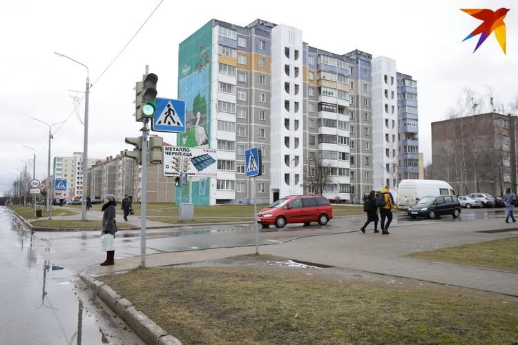 Квартиру в этом девятиэтажном доме семья Пархимович получила больше 20 лет назад
