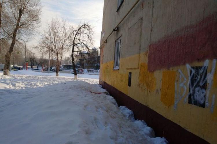 Тело с отверткой в глазу нашли во дворе общежития в Кемерове. ФОТО: Сергей Исаев